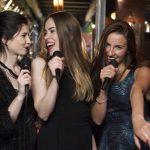 カラオケで女性が歌えば盛り上がるオススメ曲ランキングTOP20